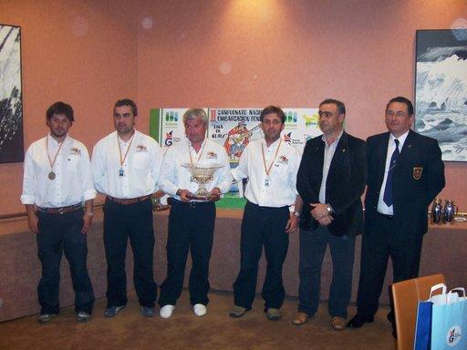 El Alcade de Castropol, José Angel Pérez, con los representantes del Club Bajamar de Cantábria y Ramos responsable de embarcación de la Federación Española de Pesca.